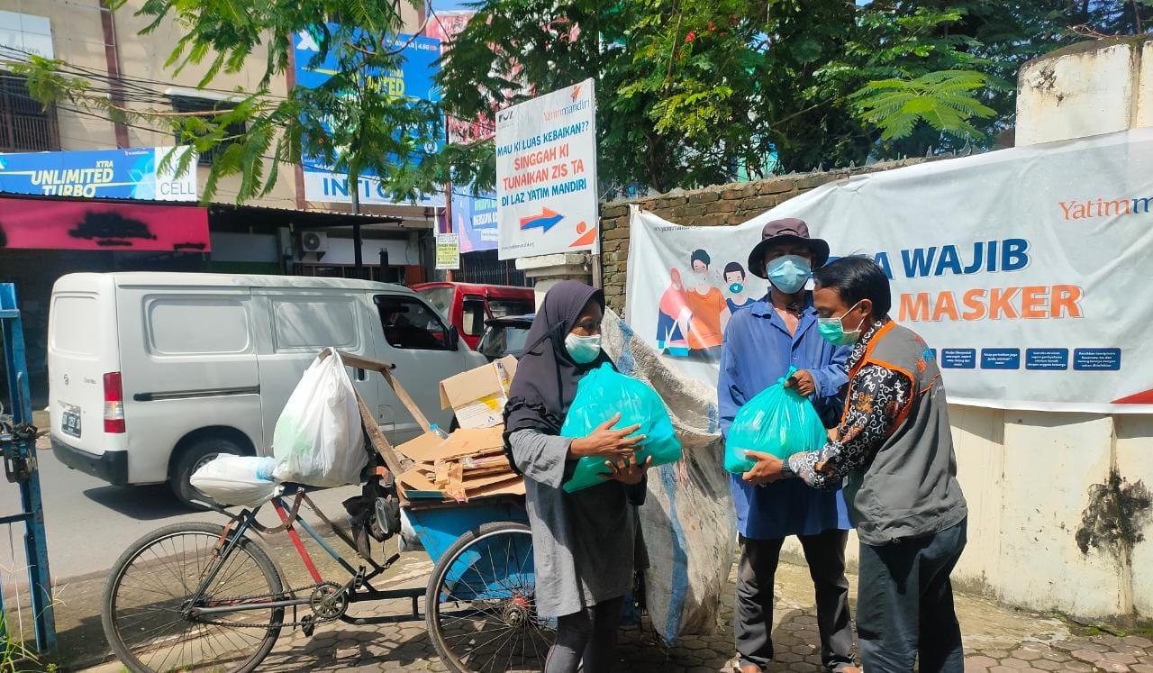 Yatim Mandiri Makassar Salurkan Program Sembako untuk Warga Dhuafa